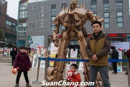 中国好爸爸!男子用200斤废纸为儿子做2.8米变形金刚